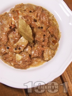 Крехко телешко месо от джолан с кост задушено с пресни манатарки в лек сос от сметана, бяло вино и ароматни подправки в тенджера под налягане - снимка на рецептата